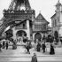 Exposition universelle de 1889, Paris. Le pavillon de la verrerie de Venise, au pied de la tour Eiffel.     © Neurdein/Roger-Viollet