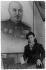 Guerre 1939-1945. Portrait de Mélinée Manouchian (1913-1989), immigrée résistante d'origine arménienne, (devenue française à la Libération), votant devant le portrait d'un militaire soviétique en arrière plan. © Archives Manouchian / Roger-Viollet