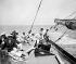 """Le roi George V (1865-1936), à la barre de son yacht, le """"Britannia"""", pendant la compétition nautique annuelle de la semaine de Cowes. Angleterre, 10 août 1923. © PA Archive/Roger-Viollet"""