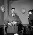 Julien Gracq, écrivain français, entouré de photographes, lorsque lui fut décerné le Prix Goncourt 1951, qu'il refusa. © LAPI/Roger-Viollet