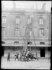 Sapeurs-pompiers de Paris à l'exercice déployant leur échelle mobile. 1911.      © Jacques Boyer/Roger-Viollet