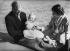 La princesse Elisabeth d'Angleterre et son époux le prince Philip, présentant leur fils, le prince Charles. Windlesham Moor, aux environs de Windsor (Angleterre), 18 juillet 1949. © PA Archive / Roger-Viollet