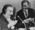 Visite d'Anouar El-Sadate (1918-1981), homme d'Etat égyptien, en Israel. Golda Meir (1898-1978), ancienne Premier ministre israélienne lui offrant un cadeau. 21 novembre 1977. © Ullstein Bild/Roger-Viollet
