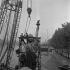 Déplacement de la réplique de la statue de la Liberté, par Bartholdi, installée de nos jours à l'extrémité ouest de l'île aux Cygnes. Paris (XVème arr.), 1968. © Jacques Cuinières / Roger-Viollet