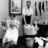 La femme du XXème siècle : jour de lessive. Photographie humoristique publiée en 1901. © Roger-Viollet