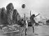Jeunes femmes dansant avec un ballon sur la plage. Santa Monica (Californie, Etats-Unis), vers 1927.  © Underwood Archives/The Image Works/Roger-Viollet