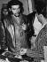 Le ministre de l'Industrie Ernesto Che Guevara (1928-1967), révolutionnaire Cubain, d'origine argentine, visitant la fabrique de textiles Griguanabo Baula, son appareil respiratoire à la main. Ariguanabo, 1959.     GLA-BFC-PRINT-01  © Gilberto Ante/BFC/Gilberto Ante/Roger-Viollet
