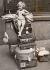Départ en vacances d'été. Petite fille assise sur une pile de bagages dans la gare de Waterloo. Londres (Angleterre), 1935. © Imagno/Roger-Viollet