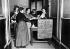 Manifestation féministe aux élections législatives. Bureau de vote improvisé pour faire voter les femmes. Paris, 1914. © Maurice-Louis Branger/Roger-Viollet