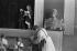 Enfants sur scène et statue de Staline. Galgaheviz (Hongrie), 1954. Photographie de Jean Marquis (né en 1926). © Jean Marquis/Roger-Viollet