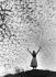 Jeune femme posant au sommet d'une colline. Bavière (Allemagne), 1950.  © Oskar Poss/Ullstein Bild/Roger-Viollet