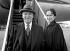 Charlie Chaplin (1889-1977), acteur et réalisateur britannique et son épouse Oona O'Neill (1925-1991). Aéroport de Londres (Angleterre), 29 octobre 1952. © PA Archive/Roger-Viollet