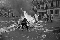 """Events of May-June 1968. Fire during the first student demonstrations in the Latin Quarter. Paris (Vth arrondissement), on May 6, 1968. Photograph by Claude Champinot, from the collections of the French newspaper """"France-Soir"""". Bibliothèque historique de la Ville de Paris. © Claude Champinot / Fonds France-Soir / BHVP / Roger-Viollet"""
