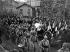 La dépouille du Soldat inconnu choisie par le soldat Thin parmi huit cercueils, quittant la citadelle de Verdun pour Paris. 10 novembre 1920. © Collection Roger-Viollet/Roger-Viollet