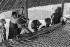 Jeunes filles sous le auvent, village de Missira Dantila. Kédougou (Sénégal), 1975. Photographie de Jean Marquis (né en 1926). © Jean Marquis/Roger-Viollet