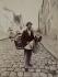 Marchand d'abats-jour, rue Lepic. Paris (XVIIIème arr.), 1899. Photographie d'Eugène Atget (1857-1927). Paris, musée Carnavalet. Epreuve restaurée par l'ARCP, Atelier de Restauration et de Conservation des Photographies de la Ville de Paris. © Eugène Atget / Musée Carnavalet / Roger-Viollet
