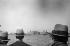 Vue d'Ellis Island depuis le ferry. Centre fédéral d'immigration d'Ellis Island. New Jersey (Etats-Unis), 1931. © Erich Salomon / Ullstein Bild / Roger-Viollet