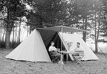 Camping. 1955.    © Roger Berson/Roger-Viollet