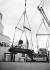 """Chargement de voitures de luxe reservées à l'exportation, à bord du paquebot """"RMS Queen Mary"""". Southampton (Angleterre), 13 octobre 1936.  © Barratts/PA Archive/Roger-Viollet"""