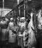 Vente en gros aux Halles Centrales : pesée de la viande. Paris (Ier arr.), vers 1900. Détail d'une vue stéréoscopique. © Léon et Lévy/Roger-Viollet