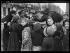 """Guerre 1914-1918. """"Lille Ressuscitée"""", le 28 octobre 1918. Dans la ville reconquise : soldats anglais distribuant des friandises. Photographie parue dans le journal """"Excelsior"""" du jeudi 31 octobre 1918. © Excelsior - L'Equipe / Roger-Viollet"""