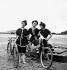 """Scènes de genre, 1900. """" Sur la plage : cycliste women """" © Léon et Lévy/Roger-Viollet"""
