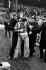 Holigan maîtrisé par des policiers lors d'un match de football opposant West Ham et Manchester United. Londres (Angleterre), Upton Park, 25 octobre 1975. © PA Archive / Roger-Viollet