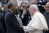 Le pape Jean-Paul II (Karol Józef Wojtyła, 1920-2005), saluant Nelson Mandela (1918-2013), président de la République d'Afrique du Sud, septembre 1995. Photo : Louise Gubb. © The Image Works / Roger-Viollet
