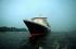"""Le paquebot de croisière """"Queen Mary 2"""" entrant dans le port d'Hambourg. 19 juillet 2004. Photo : Rauhe. © Ullstein Bild / Roger-Viollet"""