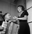 Edith Piaf (1915-1963), chanteur français, et son accordéoniste, Juel. France, 1936. © Boris Lipnitzki / Roger-Viollet