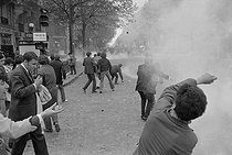 """Events of May-June 1968. Throwing of cobblestones during the first student demonstrations in the Latin Quarter, boulevard Saint-Germain. Paris (Vth arrondissement), on May 6, 1968. Photograph by Jacques Boissay and Bernard Charlet, from the collections of the French newspaper """"France-Soir"""". Bibliothèque historique de la Ville de Paris. © Boissay,Charlet / Fonds France-Soir / BHVP / Roger-Viollet"""