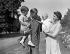 La princesse Elisabeth d'Angleterre, son époux le prince Philip d'Edimbourg et deux de leurs enfants, le prince Charles et la princesse Anne. Londres (Angleterre), Clarence House, 9 août 1951. © PA Archive / Roger-Viollet