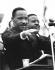 Martin Luther King (1929-1968), pasteur américain et leader pour les droits civiques, et Ralph Abernathy (1926-1990), révérend américain, saluant les manifestants ayant participé aux Marches de Selma à Montgomery pour les droits civiques. Montgomery (Alabama, Etats-Unis), 25 mars 1965. © 1976 Matt Herron / Take Stock