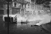 """Events of May-June 1968. Demonstration. Paris, on May 6, 1968. Photograph by Claude Champinot, from the collections of the French newspaper """"France-Soir"""". Bibliothèque historique de la Ville de Paris. © Claude Champinot / Fonds France-Soir / BHVP / Roger-Viollet"""