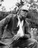 Guerre de Corée (1950-1953). Un Marine attendant d'être transporté vers une antenne chirurgicale, après avoir reçu les premiers soins sur la zone de bataille. Vers 1951. © US National Archives / Roger-Viollet