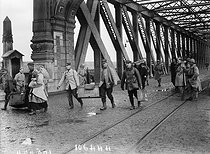 World War One. Alsatians repatriated from Germany, crossing the Kehl bridge between France and Germany, November 1918. © Maurice-Louis Branger/Roger-Viollet