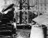"""Assemblage des parties individuelles de la """"Liberté éclairant le monde"""", plus connue sous le nom de """"Statue de la Liberté"""", due à l'architecte Frédéric Auguste Bartholdi (1834-1904), avant son expédition pour New York (Etats-Unis).  Paris, 1886. © Ullstein Bild / Roger-Viollet"""