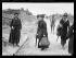 """""""Les premiers """"touristes"""" dans les villes dévastées"""" : le 11 mai 1919, """"un train spécial, ayant à son bord 750 personnes, traversa les champs de bataille et s'arrêta dans les villes martyres"""". Photographie parue dans le journal """"Excelsior"""" du lundi 12 mai 1919, avec pour légende : """"-Est-ce ici la rue de la Paix?"""". © Excelsior – L'Equipe/Roger-Viollet"""