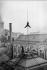 Henri Roger (1869-1946), photographe français, grimpant au paratonnerre de l'Ecole de Droit. Paris, 10 décembre 1899. © Henri Roger/Roger-Viollet
