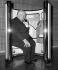 Alfred Hitchcock (1899-1980), cinéaste américain d'origine britannique, au téléphone. Londres (Angleterre), aéroport d'Heathrow, 23 octobre 1971. © PA Archive/Roger-Viollet