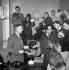 Julien Gracq, écrivain français, entouré de photographes et de journalistes, refusant le prix Goncourt qui vient de lui être décerné. Paris, 1951. © LAPI/Roger-Viollet