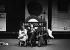"""Passagers assis sur un banc de la station de métro """"Earls Court"""". Londres (Angleterre), dans les années 1970.  © TopFoto/Roger-Viollet"""