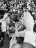 John Fitzgerald Kennedy (1917-1963), homme d'Etat américain, dans un bain de foule à Chackpoint Charlie. Berlin-Ouest, 26 juin 1963. © Ullstein Bild / Roger-Viollet