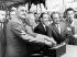 Gamal Abdel Nasser (1918-1970), homme d'Etat égyptien, Nikita Khrouchtchev (1894-1971), homme d'Etat soviétique, Abdul Rahman Aref (1916-2007), homme d'Etat irakien, et Abdullah al-Sallal (1917-1994), homme d'Etat yéménite, déclenchant les charges explosives marquant le début des travaux du nouveau barrage d'Assouan (Egypte), 14 mai 1964. © TopFoto / Roger-Viollet