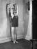 Mme Fowden faisant de la gymnastique en maillot de bain. Angleterre, 1936. Photographie de John Topham (1908-1992). © John Topham/TopFoto/Roger-Viollet