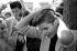 Teddy-Boys se peignant les cheveux. Chelsea (Angleterre), 30 juillet 1977. © PA Archive/Roger-Viollet