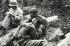 Guerre de Corée (1950-1953). Soldat de l'infanterie américaine consolant un autre soldat après la mort d'un frère d'armes. © Iberfoto / Roger-Viollet