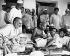 Gandhi (1869-1948) s'adressant à son collègue Chakraborty Rajagopalachari. Mumbai (Maharashtra, Inde), septembre 1944. © TopFoto/Roger-Viollet