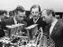 Graham Hill (1939-1975), pilote automobile britannique (au centre), et Colin Chapman (1928-1982), ingénieur automobile britannique, créateur de la fabrique d'automobiles sportives Lotus (à sa gauche). 1967-1970. © TopFoto / Roger-Viollet