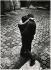Couple s'embrassant dans une cour du Marais, rue Elzévir. Paris, 1970. Photographie de Léon Claude Vénézia (1941-2013). © Léon Claude Vénézia/Roger-Viollet